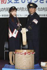 『平成27年 火災予防安全もちつきまつりイベント』に出席した(左から)神田沙也加、竹花勝明署長