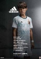 サッカー日本代表の新アウェーユニフォームを着用する宇佐美貴史選手