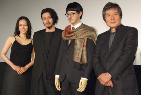 映画『FOUJITA』初日舞台あいさつに出席した(左から)中谷美紀、オダギリジョー、オダギリジョーのマネキン、小栗康平監督 (C)ORICON NewS inc.