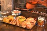 「ウィザーディング・ワールド・オブ・ハリー・ポッター」では、原作の世界観を再現した大皿料理『ホリデー・フィースト』が初登場! 昨年に続いて『ホットバタービール』(右)も (C)oricon ME inc.