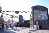 ユニバーサル・スタジオ・ジャパンでは、2016年1月6日までクリスマスイベント『ユニバーサル・ワンダー・クリスマス』を開催 「クリスマス・ハピネス・マーケット」には、今年もホットドリンクやスイーツ、ファストフードやなど、小腹を満たすのにピッタリのグルメが続々 (C)oricon ME inc.