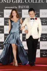 ボンドガール風衣装の道端ジェシカ(左)をジェームズ・ボンド風の白のタキシード姿でエスコートする有田哲平(右)
