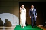 グリーンカーペットを歩く(左から)白取久美子、前園真聖