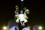 ブランコ型のゴンドラに乗って登場した前田敦子=映画『I LOVE スヌーピー THE PEANUTS MOVIE』ジャパン・スペシャル・イベント