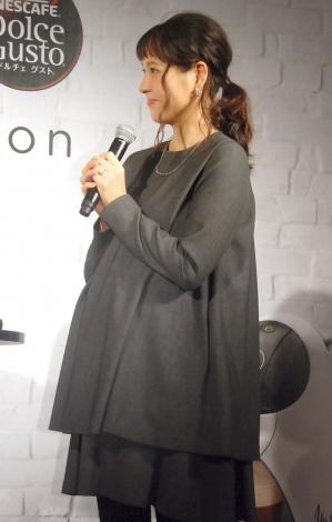 妊娠9ヶ月のふっくらお腹を披露した青木裕子=『ネスカフェ ドルチェ グスト ジョビア VERY VERSION』発売記念イベント (C)ORICON NewS inc.