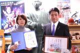 高知県観光特使に任命された丸本莉子と任命した尾崎正直知事