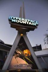 カリフォルニアのディズニーランド・リゾートでは期間限定イベント『スター・ウォーズ・シーズン・オブ・ザ・フォース』が開催中。ライド型アトラクション「ハイパー・スペースマウンテン」にも期間限定バージョンが登場(C)Disney