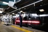 南海電鉄なんば−関西空港間を走る「スター・ウォーズ/フォースの覚醒」号発進。悪役として新登場するカイロ・レンが扱う十字型ライトセーバーもデザインの一部に