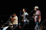 桐谷健太(中央)とBEGINがライブステージで初共演