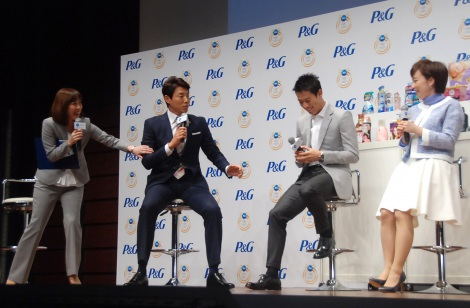 前のめりで質問を投げかける松岡修造(左から2番目)=『P&Gリオデジャネイロ五輪 ママの公式スポンサー』発表会 (C)ORICON NewS inc.