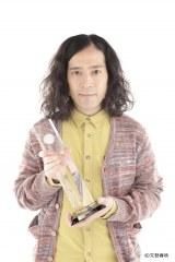 """オリコン2015年 年間""""本""""ランキング首位を獲得。記念トロフィーを手にする又吉直樹"""