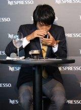 険しい表情でコーヒーの香りを感じる中村憲剛選手 (C)oricon ME inc.
