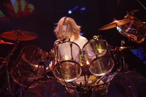 横浜アリーナでドラムを叩くyoshiki