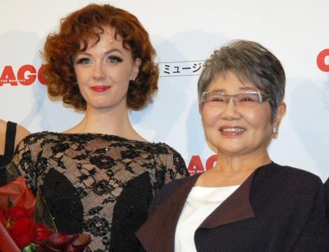 ブロードウェイミュージカル『シカゴ』来日公演のプレスコールに出席した(左から)シャーロット・ケイト・フォックス、泉ピン子 (C)ORICON NewS inc.