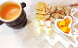 マンゴー×チーズ×ホワイトチョコを混ぜたソースをフォンデュする『マンゴーフォンデュ』