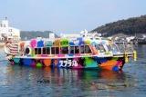 ゲームのデザインに期間限定でラッピングされた観光遊覧船「スプラ丸」=唐津市呼子町のマリンパル呼子