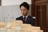 スーパー銀行マンを演じる椎名桔平(C)WOWOW