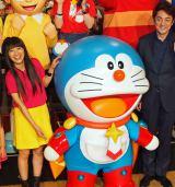 (左から)『映画ドラえもん のび太の宇宙英雄記』完成披露イベントに出席したmiwa、ドラえもん、市村正親 (C)ORICON NewS inc.