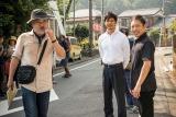 映画『クリーピー』撮影現場の模様。(左から)黒沢清監督、西島秀俊、香川照之 (C)2016「クリーピー」製作委員会