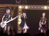 瀧本美織がボーカルを務めるガールズバンドLAGOONがデビュー1周年を迎えた
