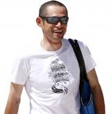 茶目っ気たっぷりのオリジナルTシャツを着たイチロー