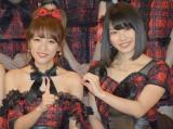 10周年ポーズを作る(左から)AKB48の高橋みなみ、横山由依 (C)ORICON NewS inc.