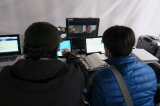マツコロイドがNHKの新春スペシャルドラマ『富士ファミリー』(1月2日放送)に出演。マツコロイドを操作するオペーレーターたち(C)NHK