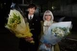 ドラマ『掟上今日子の備忘録』のクランクアップを迎えた(左から)岡田将生、新垣結衣(C)日本テレビ