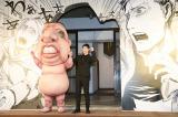 ミニ巨人とポーズを決める三浦春馬