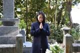 主人公の楫取美和さんの墓前を訪ねた井上真央(C)NHK