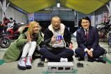 (左から)土屋アンナ、笑福亭鶴瓶、MBSの福島暢啓アナウンサー