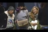 大阪の街角でこんな風に笑福亭鶴瓶が座っていたら? そこから始まるフリートークで作った番組『笑福亭鶴瓶のすわるテレビ』12月21日、MBS・TBS系で放送(C)MBS