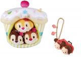 左から『TSUM TSUM カップケーキハウスセット』(税込3200円)と『ぬいぐるみキーチェーン』(税込900円)/(C)Disney