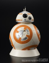 『スター・ウォーズ』の新キャラクター「BB-8」のルービックキューブ 付属の台座に載せて飾れる(税抜3700円)
