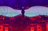 12月30日放送、TBS系『第57回 輝く!日本レコード大賞』で優秀作品賞受賞曲「愛しのテキーロ」でワイヤーアクション披露する氷川きよし。写真は12月28日のリハーサルの模様(C)TBS