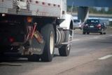 高速道路で事故に遭った場合、レッカー車に同乗して車と一緒に移動できるのか?