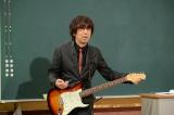 嘘をついて地獄を見たギターを弾けないエアギタリスト・木根尚登(C)テレビ朝日