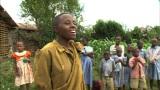 ウガンダ共和国のムロラ村で、日本の歌を熱唱する少年(C)テレビ東京