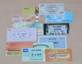 桐谷氏が保有する銘柄の優待品の一部。どこでも使えるクオカードや商品券、全国各地で店舗を展開している企業が発行する買い物券などは使い勝手が良い。 (C)oricon ME inc.