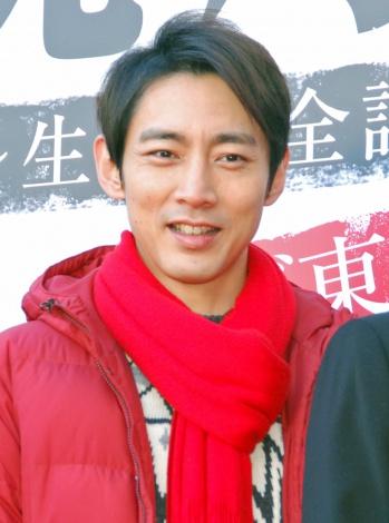 赤いマフラーが似合います小泉孝太郎