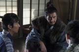 大河ドラマ『真田丸』第1回「船出」より。真田の行き先について、信幸・信繁に語る昌幸(C)NHK