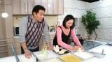 揚げるのは藤田紀子、食べるのは元横綱・花田虎上(C)テレビ東京