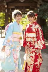 新成人となった(左から)松元絵里花、久松郁実 インタビューに笑顔で応じてくれた2人