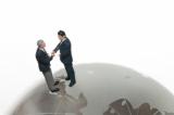 大勢の投資家から資金を集め、資産運用の専門家が代行投資を行う「投資信託」。どのような特徴を持つ金融商品かチェックしよう。