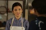 1月12日スタート、NHKドラマ10『愛おしくて』第1話より。絞り染めの師匠、怜子(左/秋吉久美子)をたずねて岐阜県の山あいの小さな町にやってきた小夏(右/田中麗奈)(C)NHK