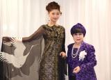 (左から)パリコレ新作ドレスを着用したBerryz工房・熊井友理奈、桂由美氏 (C)ORICON NewS inc.