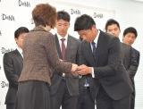 今永昇太選手と南場智子オーナーが名刺交換 (C)ORICON NewS inc.