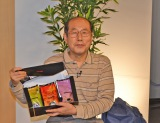 トーホーの株主優待でもらったコーヒー製品を持つ桐谷氏 (C)oricon ME inc.