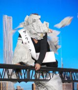 新聞紙まみれでも前に進む出川哲朗=映画『ザ・ウォーク』の公開記念イベント (C)ORICON NewS inc.