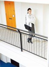 辛口アイテムの着こなしを披露する戸田恵梨香(C)宝島社『SPRiNG』